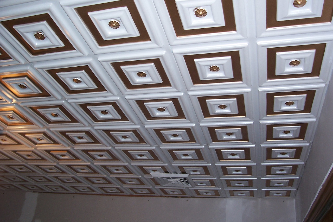 the pattern of this ceiling consists of a a flower, probably daisy in a smaller molding picture frame in a larger one. There are two colors, gold and white gloss.